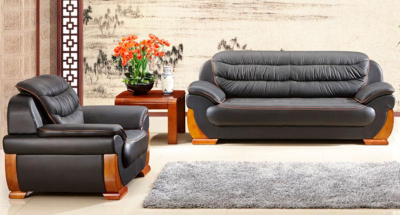 Комплект мягкой мебели, диван и два кресла. Обивка из натуральной кожи повышенной износостойкости, чёрного цвета, накладками из натурального дерева