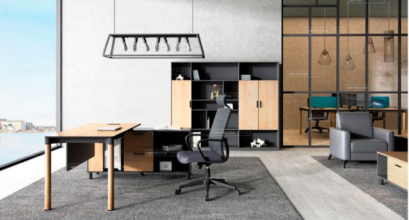 Офисный стол из ДСП, класса E1, с меламиновым покрытием. У стола прочные алюминиевые ножки. Встроенная фиксированная тумба имеет отсеки для документов
