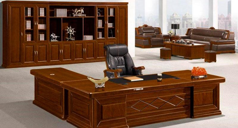 Офисный стол из МДФ и шпона ореха, специальный лак. В комплекте две мобильные тумбы. Размер стола: 2800W*1150D*760H