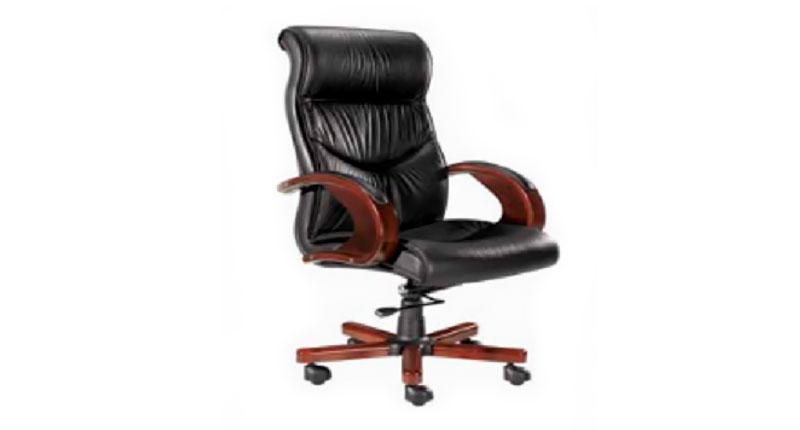 Кресло руководителя, обивка из натуральной кожи, черного цвета. Подлокотники с накладками из натурального дерева. Механизм качания повышенной комфортности с возможностью фиксации кресла в рабочем положении