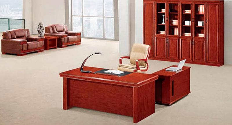 Офисный стол из МДФ шпонированный канадским орехом. Стол с двумя мобильными тумбами. В столешнице  отверстия для проводки. Размер: 1600W*8000D*760H
