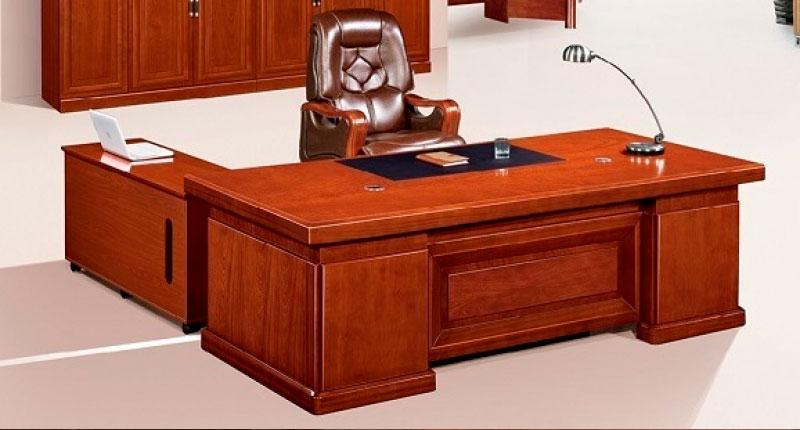 Офисный стол из МДФ и шпона ореха, специальный лак. В комплекте две мобильные тумбы. Размер стола: 2000W*1000D*760H