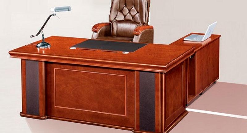 Стол офисный, МДФ облицовка шпон. Рабочая зона столешницы оснащена разъёмами для проводки, выдвижным пеналом